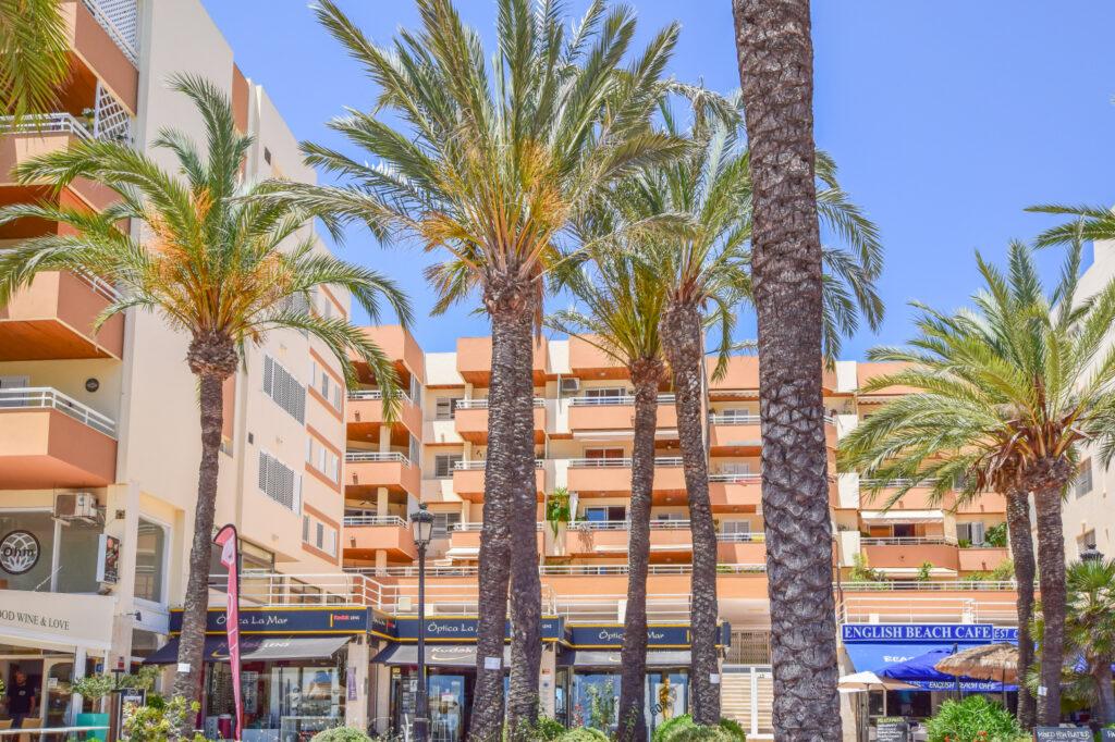 Ruim appartement met 4 slaapkamers en uitzicht op zee in Santa Eulalia del Rio Ibiza.