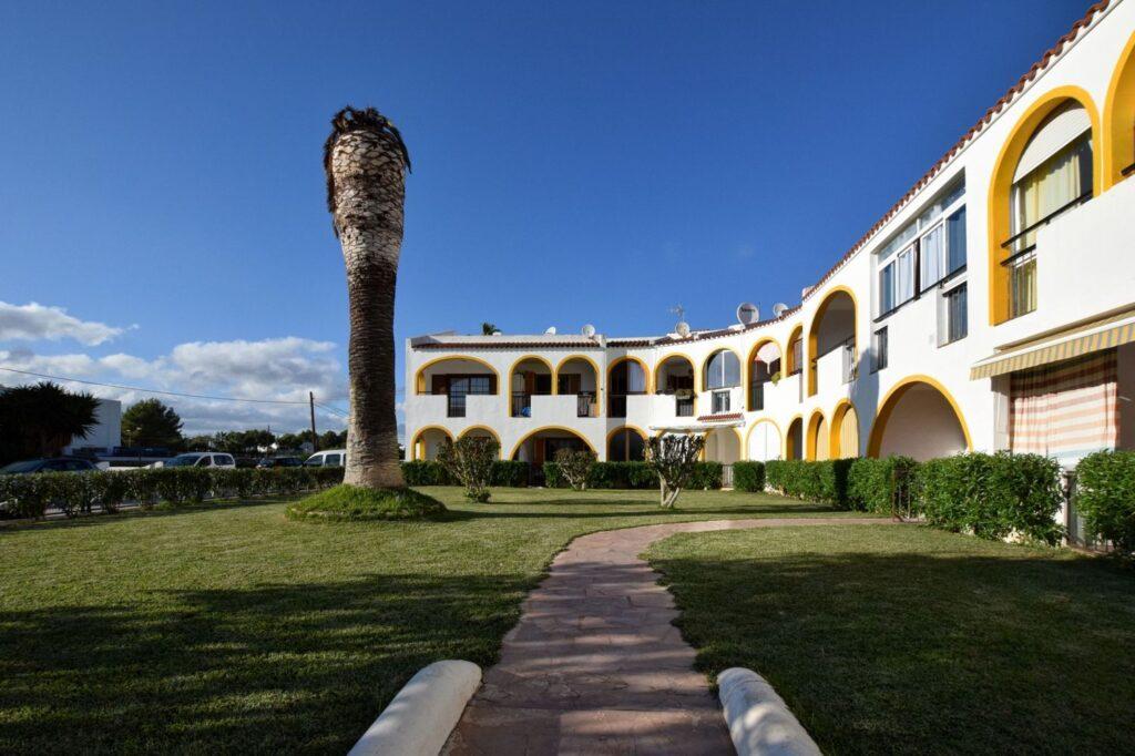 Mooi appartement met een slaapkamer aan zee te koop in Cala Martina